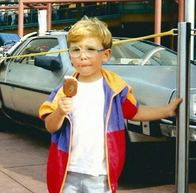 """Eu no carro do filme """"De Volta para o Futuro""""! E tomando meu primeiro picolé haha ;)"""