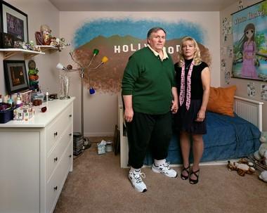 Síndrome do ninho vazio – Fotos mostram os pais nos quartos de seus filhos que já saíram de casa