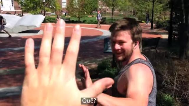 Hey, bate aqui!: garoto dá voltas com a simples atitude de cumprimentar as pessoas