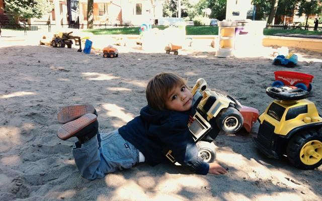Criança de apenas 2 anos cria série fotográfica com a ajuda da sua babá