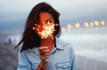 happy_girl_play_firework