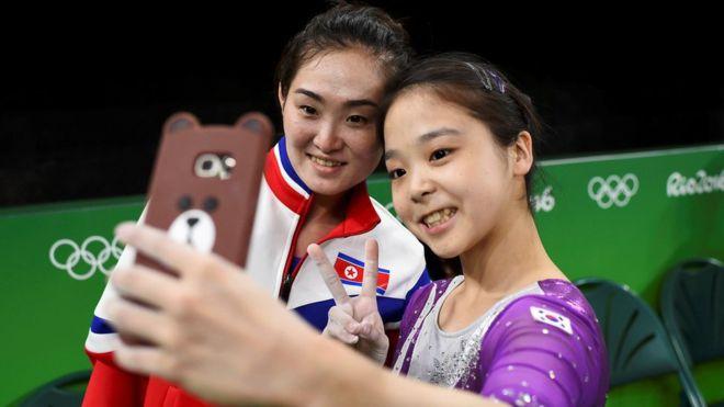 O que acontece quando duas ginastas, uma da Coréia do Norte e uma da Coréia do Sul, se encontram? Essa foto!
