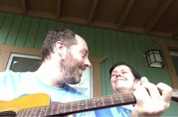 Vídeo mostra filho tocando para mãe com Alzheimer e lembra que amar é simples