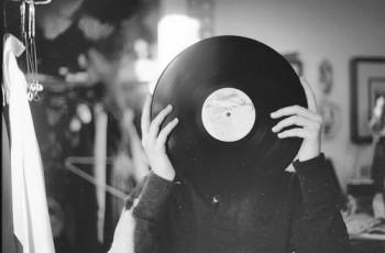 Procure um amor que sinta a música