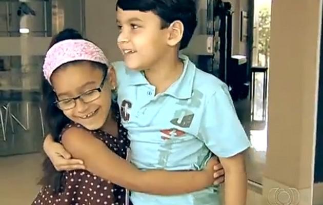 Menino de 7 anos escreve livro para irmã que tem vergonha de usar óculos