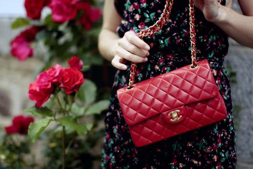 Pare de carregar o mundo nos ombros: como usar as mini bolsas da moda