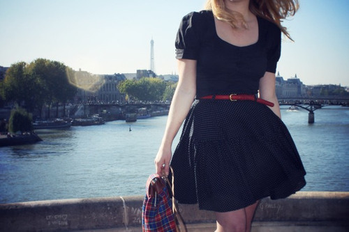 Com quantas mulheres se faz um vestido preto